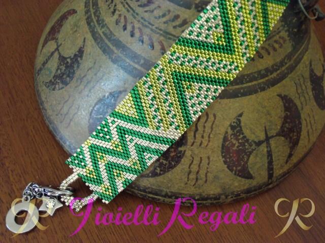 bracciale verde in perline delica miyuki creato con la tecnica peyote